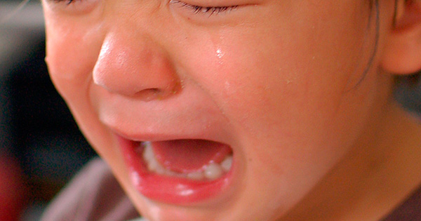 Удаление молочных зубов зачастую осложняется тем, что ребенок совершенно не готов идти на контакт с врачом.