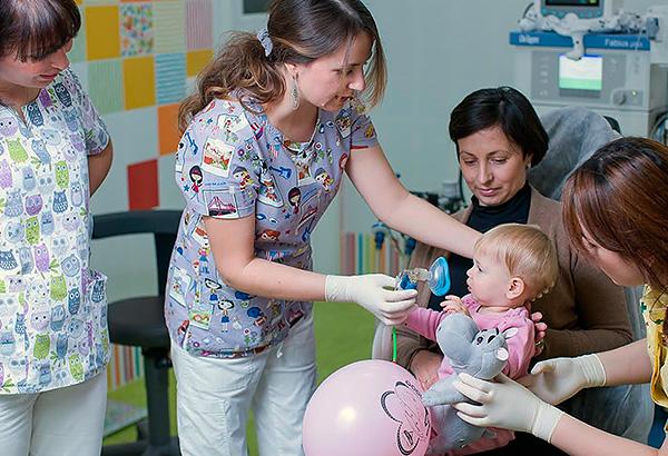 Зубы у совсем маленьких детей сегодня можно лечить под наркозом или с использованием седации.