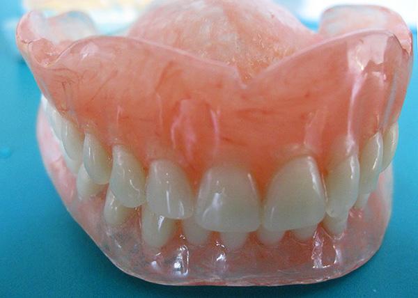 Полные съемные нейлоновые зубные протезы (на верхнюю и нижнюю челюсти).