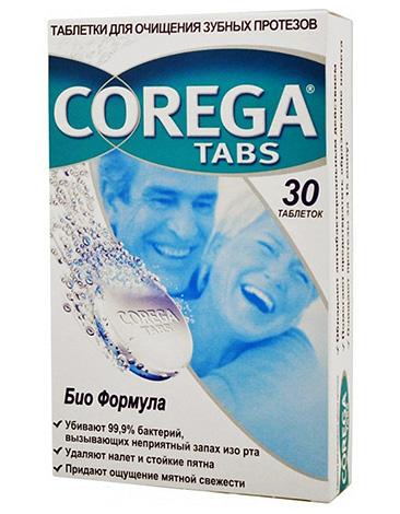 Таблетки Corega для очищения зубных протезов.