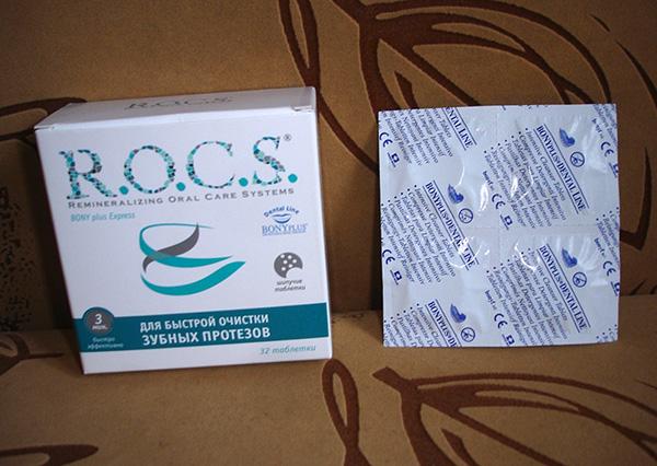 Таблетки ROCS для ухода за зубными протезами.