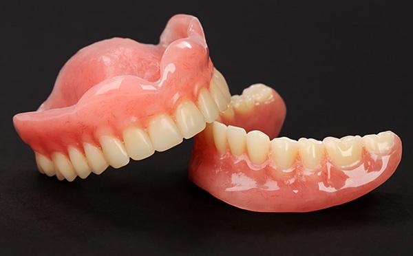 Первыми широко стали применяться полные зубные протезы из акриловой пластмассы.