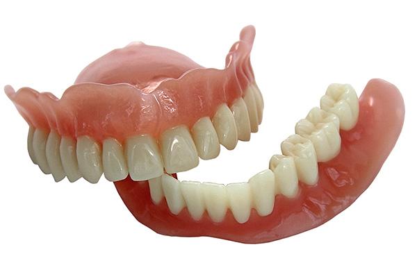 Полезно иметь в виду, что многие народные средства ухода за зубными протезами в действительности лишь портят их.