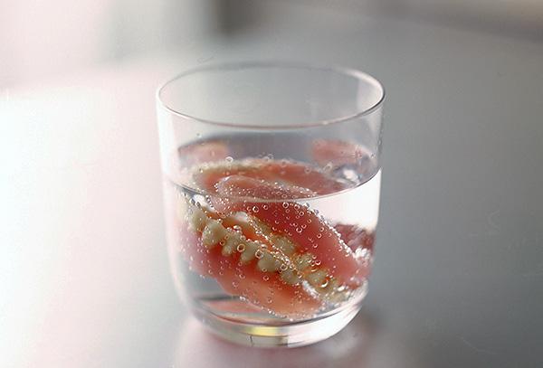 Протез всегда следует хранить во влажной среде, причем так, чтобы он был полностью скрыт жидкостью.
