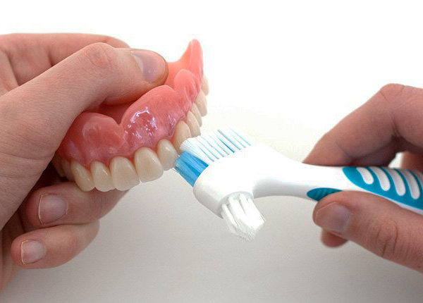 Для чистки полезно использовать специальную зубную щетку...
