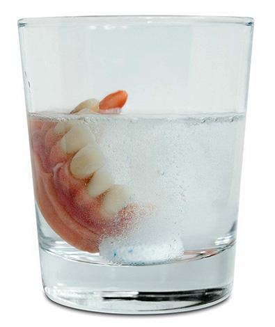 Использование шипучих таблеток для очищения зубных протезов позволяет химически растворять на них бактериальный налет.