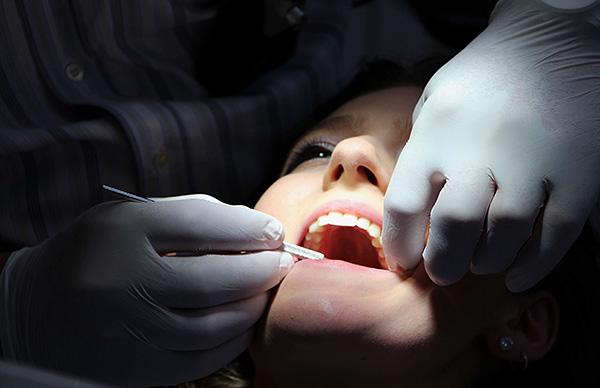 В ряде случаев стоматологи прибегают к сомнительным приемам в попытке вытянуть у пациента побольше денег...