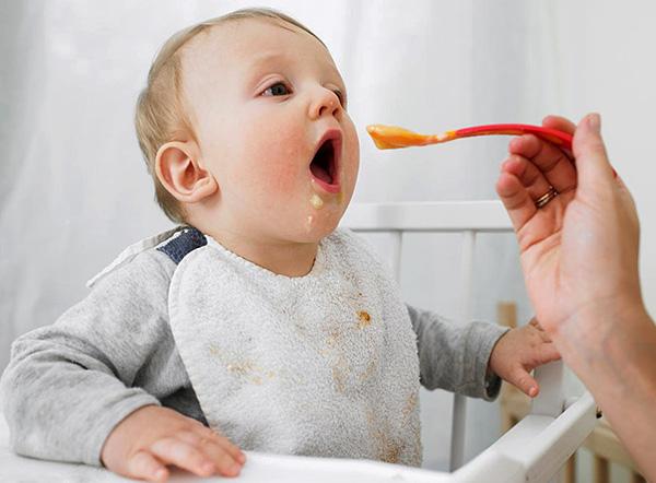 Правильный подбор прикорма для ребенка способствует снижению болевых ощущений в деснах.