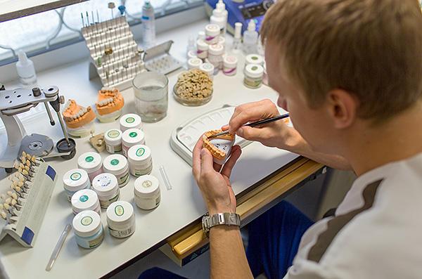 Протез, изготовленный в зуботехнической лаборатории, характеризуется повышенной прочностью.
