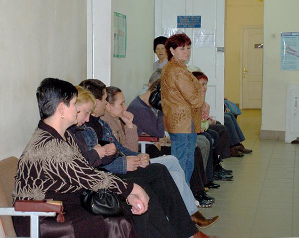 Очередь в коридоре стоматологической поликлиники.