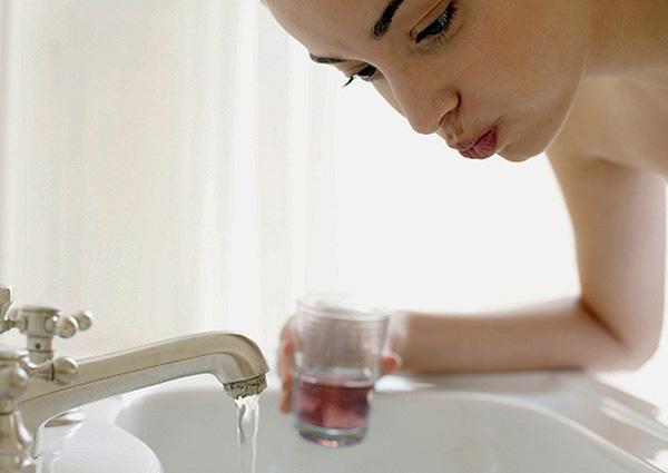 При среднем кариесе простое полоскание ротовой полости чистой водой обычно позволяет быстро избавиться от болевых ощущений.
