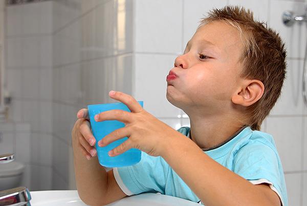Во многих случаях существенно облегчить зубную боль помогает полоскание рта теплой чистой водой.