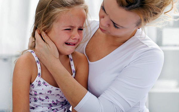 В попытке снять боль в домашних условиях главное - дополнительно не навредить ребенку.