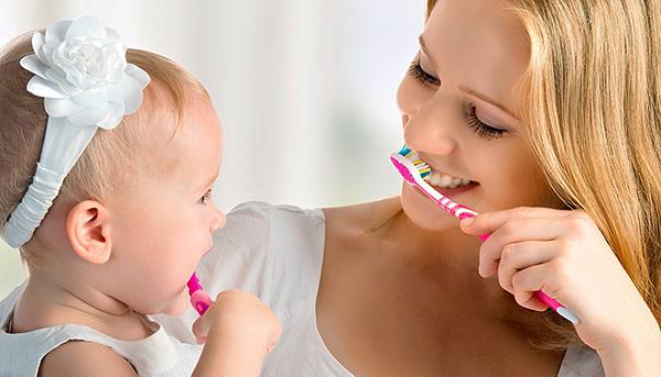Научить малыша самостоятельно чистить зубы можно уже с 2-4 лет.