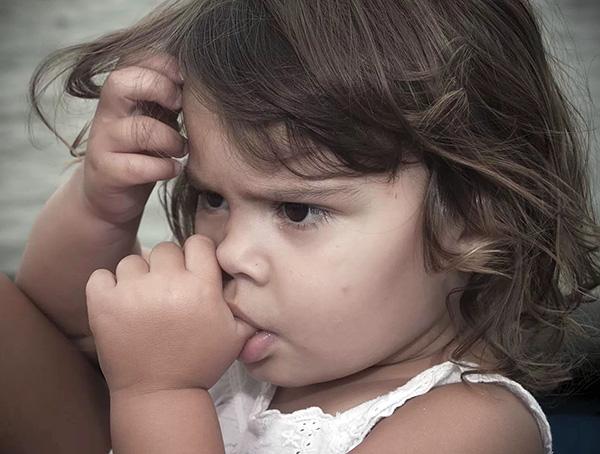 Привычка сосать палец очень часто приводит к смещению положения зубов относительно нормального.